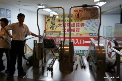 Escalator for shopping trolleys